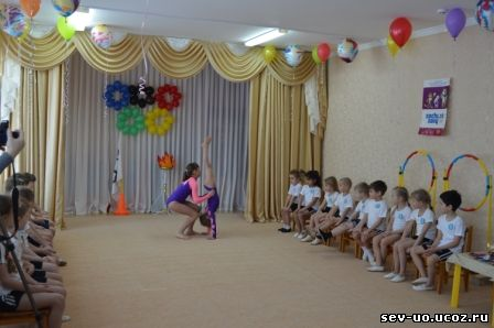 в гостях у детей ДОУ № 21 - выпускницы детского сада, юные спортсменки